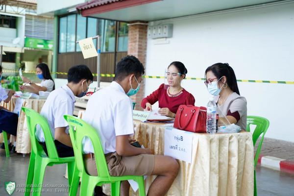 มอบเอกสารการจัดการเรียนการสอนและค่าเครื่องแบบนักเรียน ภาคเรียนที่ 1 ปีการศึกษา 2563 ชั้น ม.4