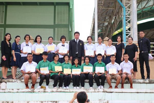 มอบเกียรติบัตร ให้กับนักเรียนที่ได้รับรางวัล จากการแข่งขันตอบปัญหาพระพุทธศาสนา เนื่องในวันเข้าพรรษา