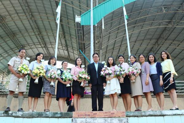 มอบช่อดอกไม้แสดงความยินดีกับคณะครู และนักเรียน