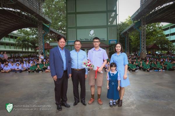 มอบช่อดอกไม้ให้กับนายกฤษณ์ดนัย บุญสมวัฒนวงศ์ ชั้น IEP6 นักเรียนผู้เข้าร่วมโครงการเยาวชนเอเอฟเอสเพื่อการศึกษาและแลกเปลี่ยนวัฒนธรรมนานาชาติระยะ 1 ปี รุ่นที่ 58 พ.ศ.2562-2563 ประเทศจีน