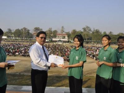 มอบเกียรติบัตรให้นักเรียน งานศิลปหัตกรรมนักเรียนภาคเหนือ