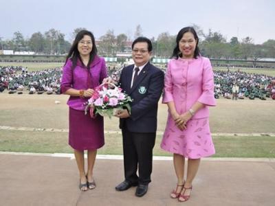 มอบช่อดอกไม้แสดงความยินดีกับคณะครู