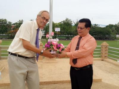 มอบช่อดอกไม้ต้อนรับครูต่างชาติ
